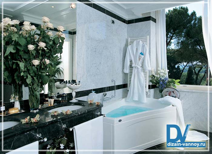 Ванная комната с окном в частном доме