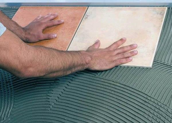 Как наклеить плитку в ванной своими руками
