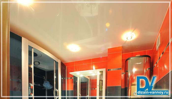 подвесной зеркальный потолок в ванной