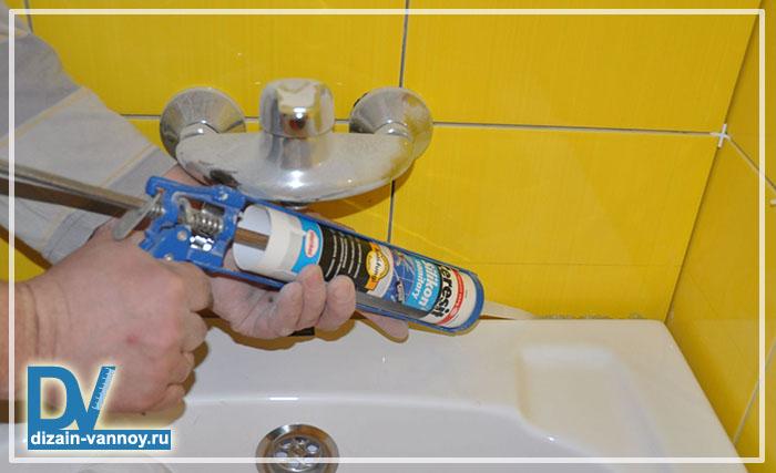 как приклеить бордюр на ванну